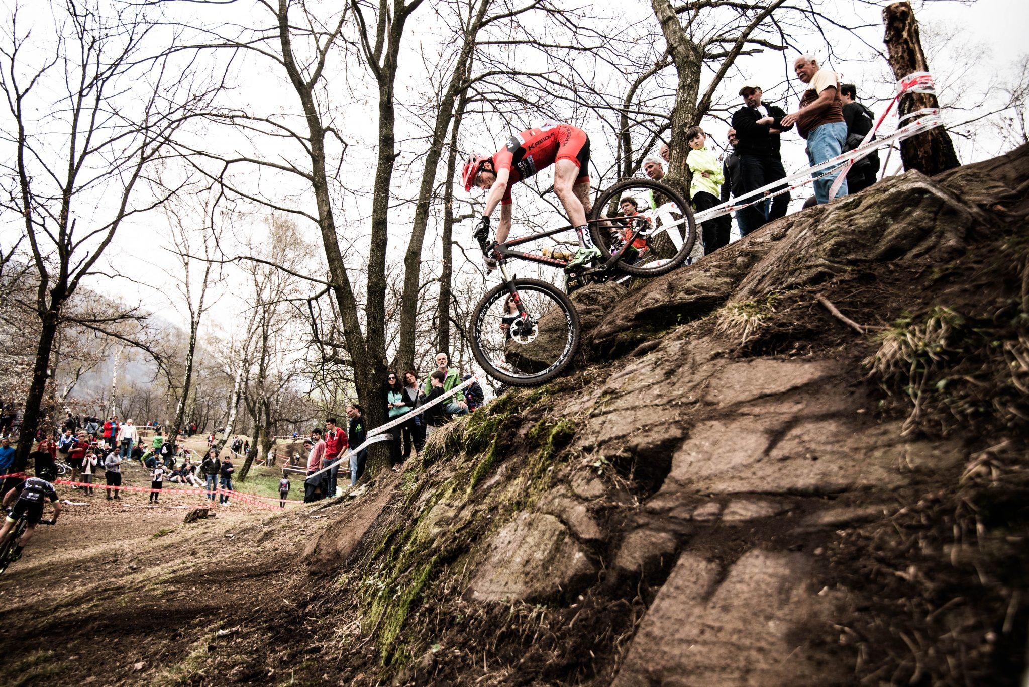 Der Mountainbike-Profi Markus Bauer fährt bei einem Rennen einen steilen Abhang hinab